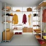 Открытые стеллажи в гардеробной