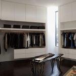 Белые стены в гардеробной