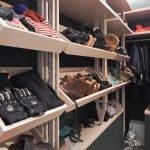 Вещи на полках в гардеробной