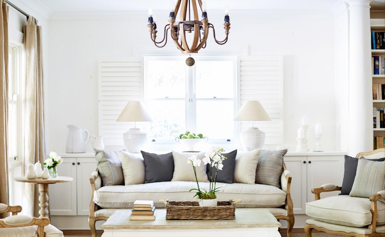 Белый интерьер гостиной в стиле прованс