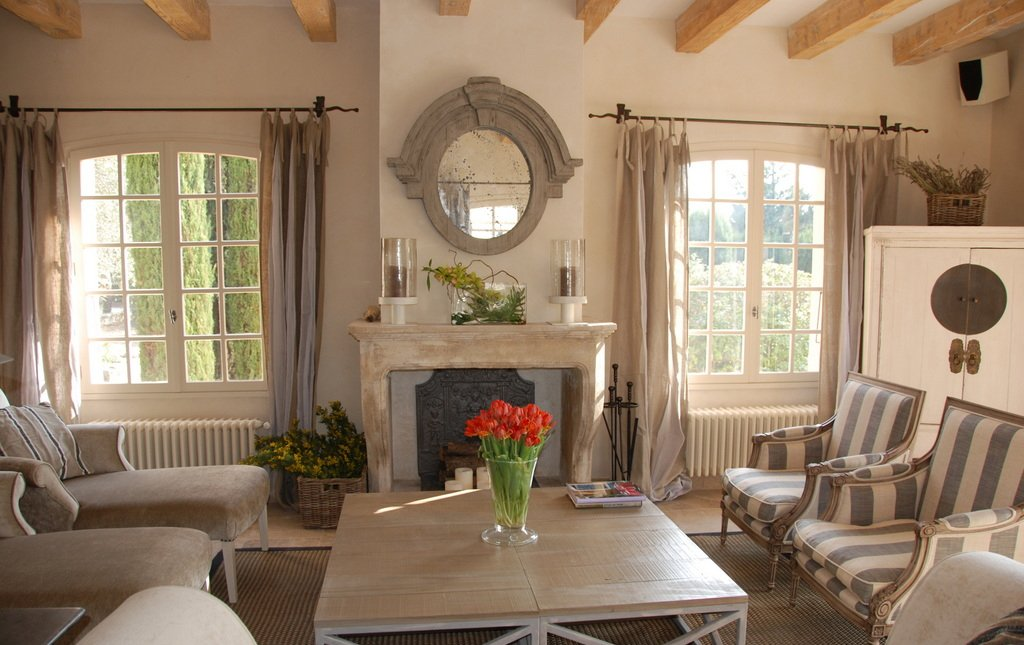 Шторы на окнах гостиной в стиле прованс