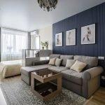Белый глянцевый потолок в однокомнатной квартире