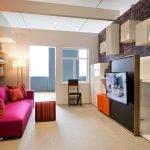Яркий диван в квартире-студии