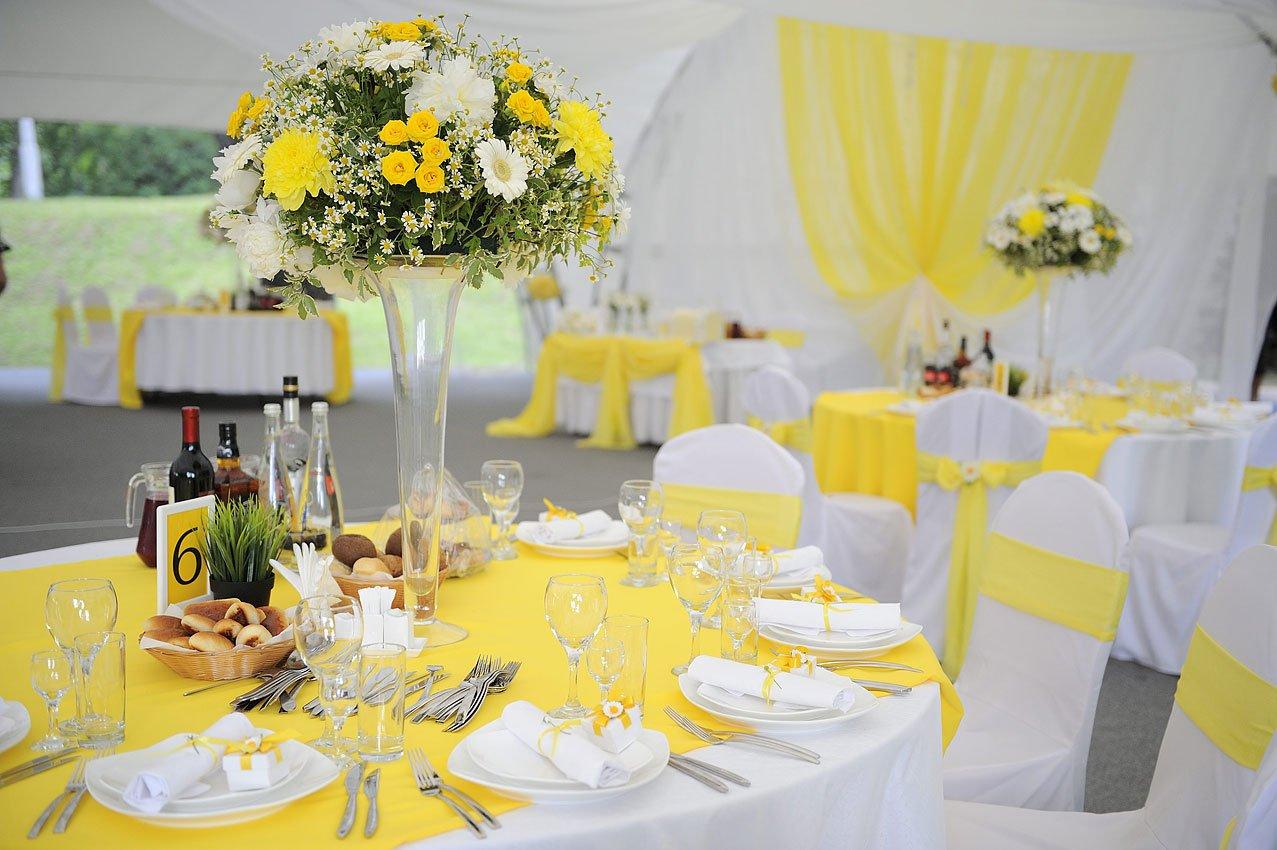 Оформление стола в желтых тонах