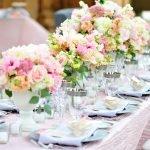 Букеты из живых роз на столе