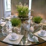 Сервировка цветами круглого стола