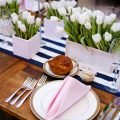 Декор стола тюльпанами