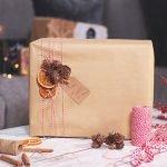 Упаковка подарка в крафтовую бумагу