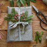 Упаковка подарка еловыми ветками