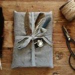 Упаковка подарка перьями