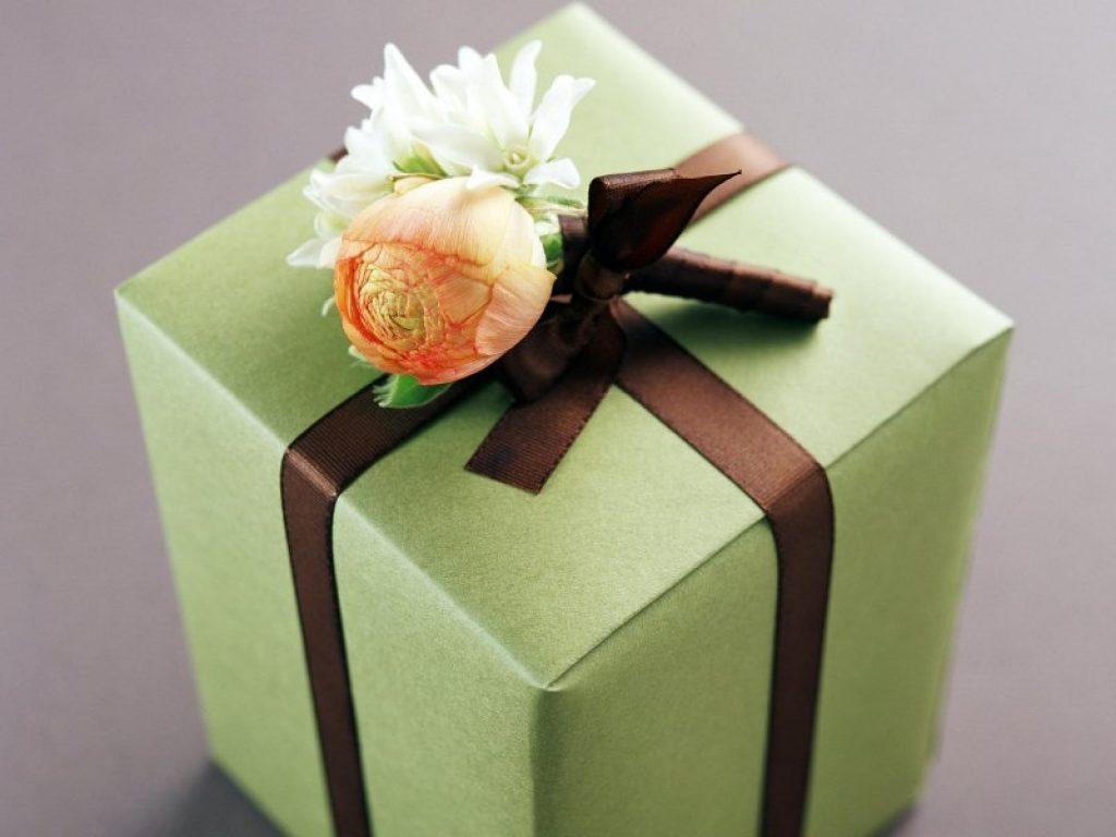 Оформление упаковки подарка для женщины