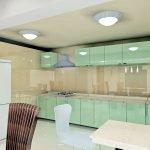Мятная кухня со стеклянными фасадами