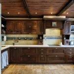Деревянный потолок на кухне