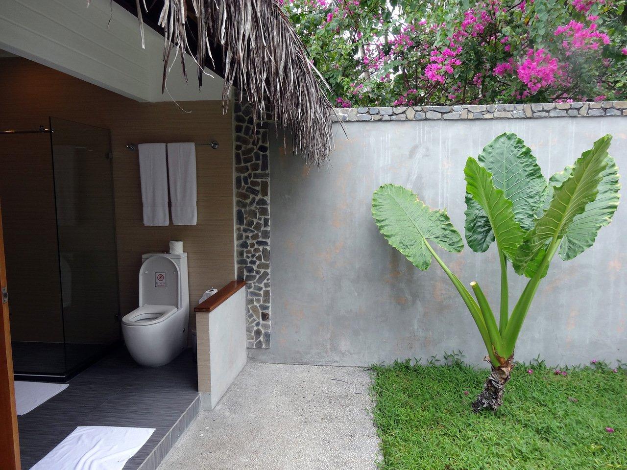 Открытый душ в саду