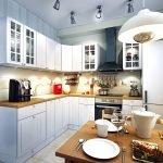 Большая люстра в кухне