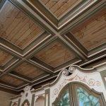 Потолок из деревянных квадратных панелей