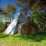 Пирамида с аркой