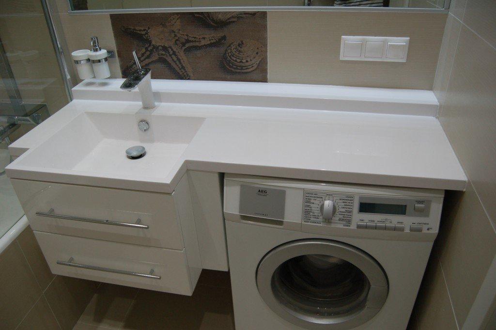 Раковина над стиральной машиной в ванной