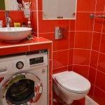 Интерьер с красной плиткой на стенах