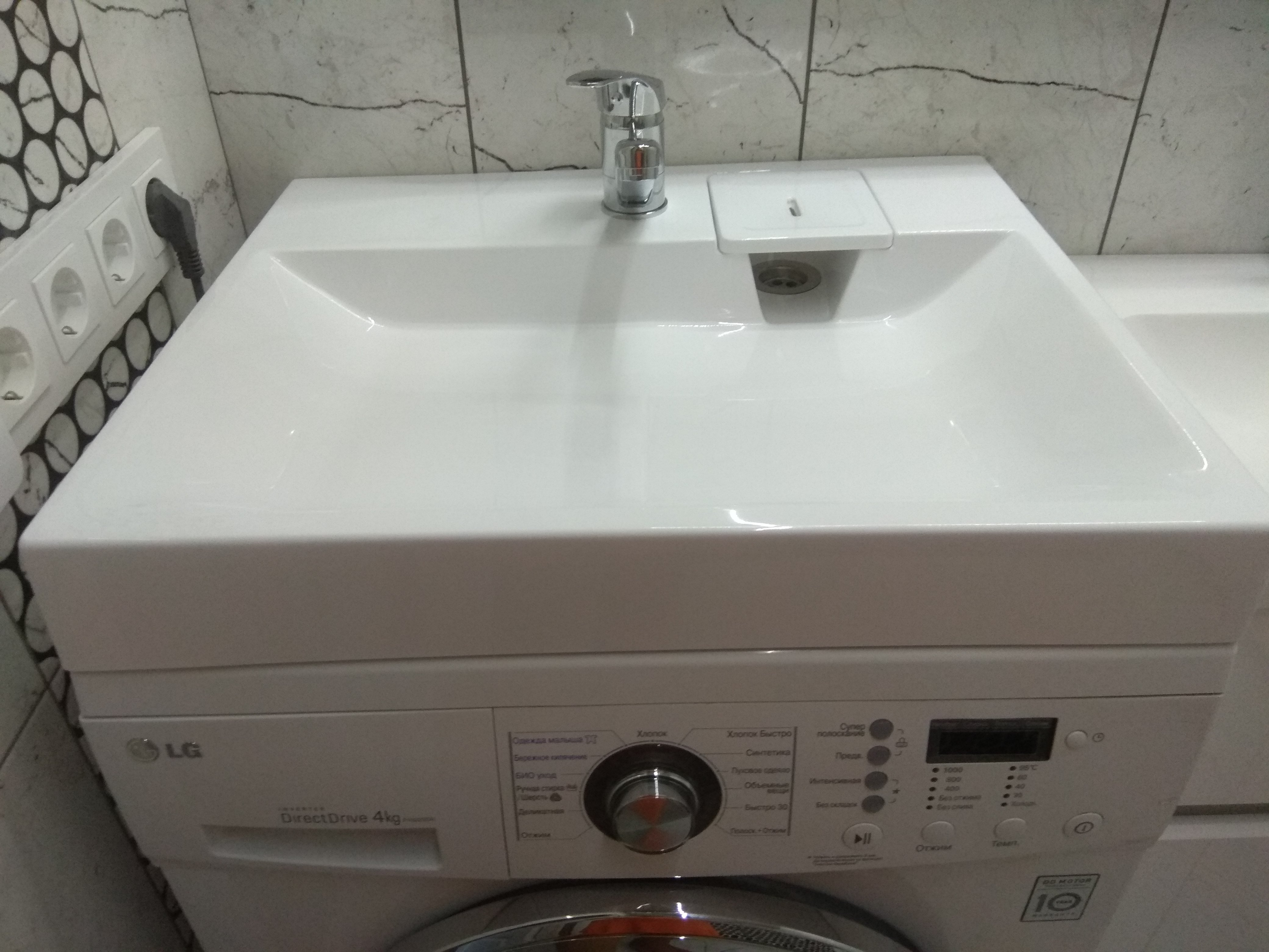 Керамическая раковина над стиральной машиной