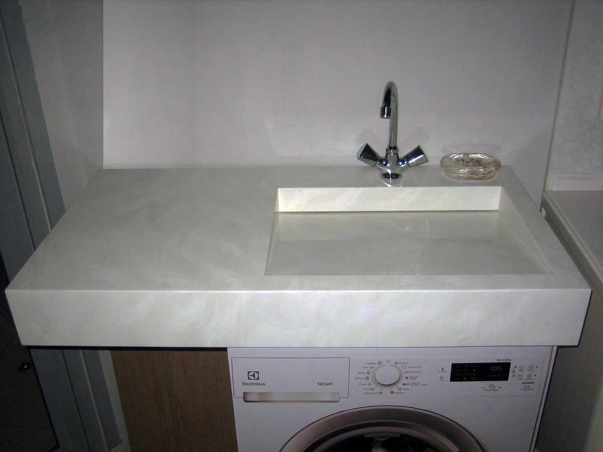 Раковина с краном над стиральной машиной