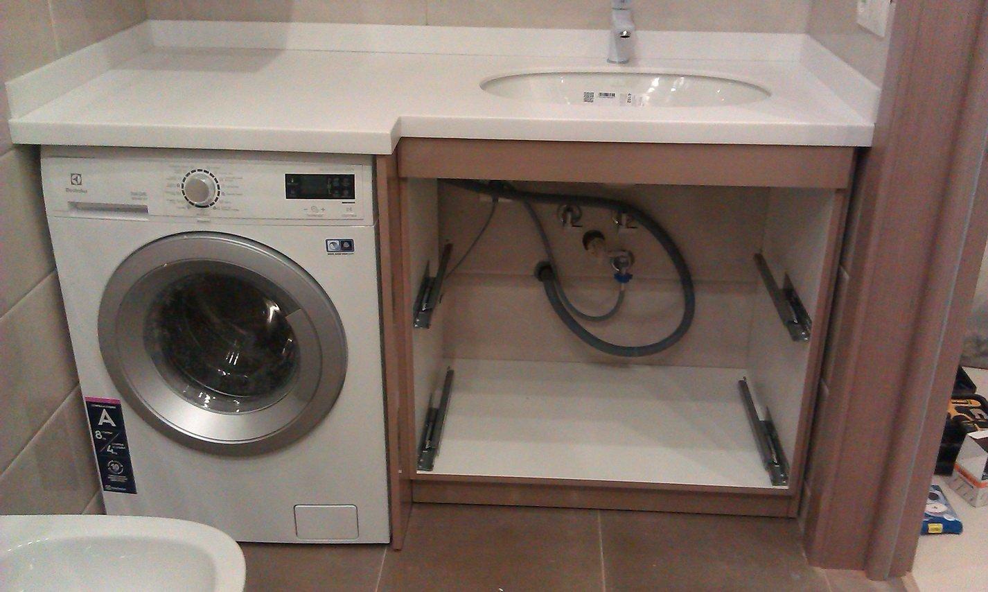 Шланги стиральной машины под раковиной