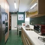 Зеленый пол на кухне