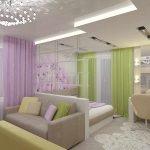 Глянцевый потолок в гостиной-спальне