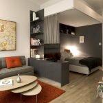 Зонирование спальни и гостиной шторами