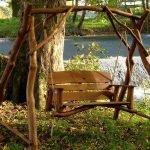 Качели под деревом