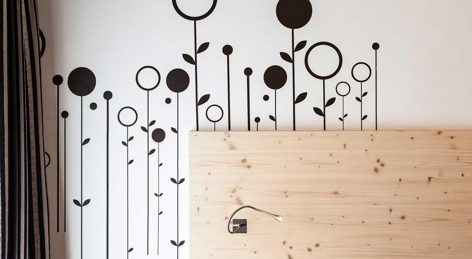 Декор стены проводами