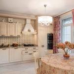 Яркие шторы в кухне