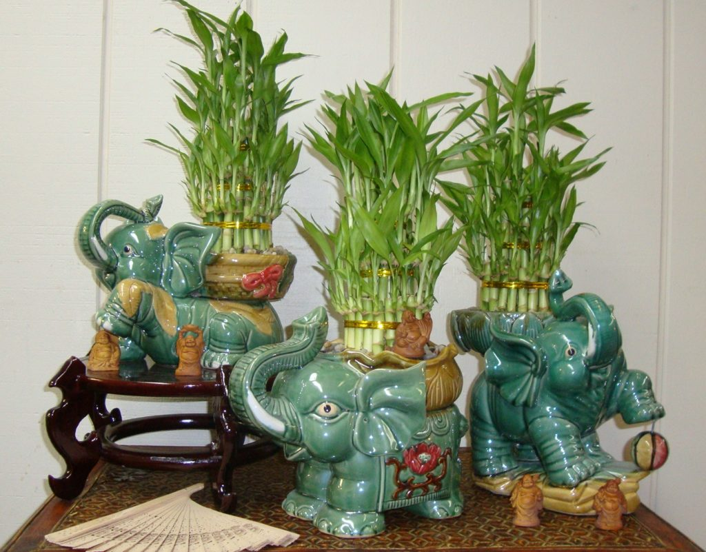 Статуэтки с горшками бамбука