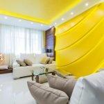 Желтый потолок в интерьере