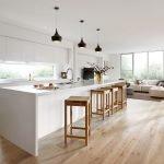 Деревянные табуреты на кухне