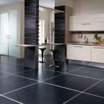 Черная напольная плитка на кухню