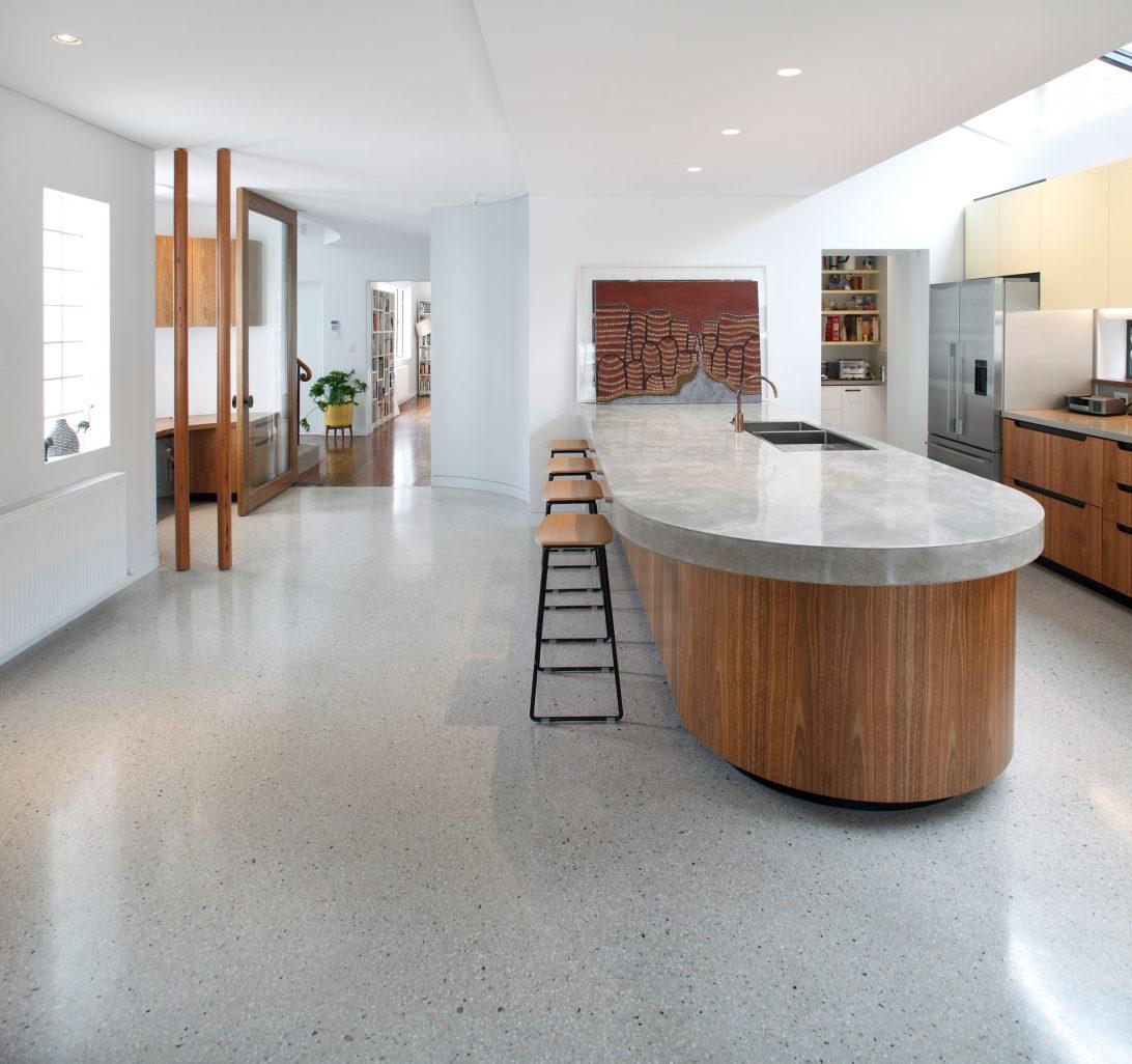 Бетонный пол на кухне