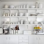 Белые полки и посуда