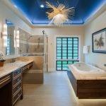 Синий подвесной потолок в ванную