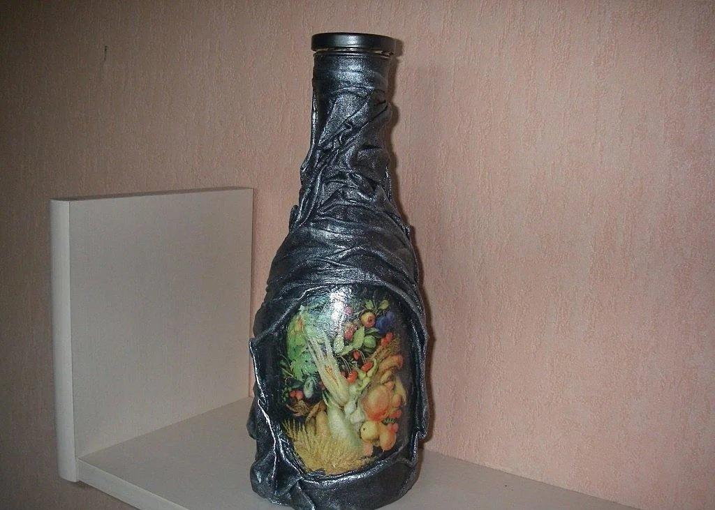 Комбинированное оформление бутылок колготками и салфетками