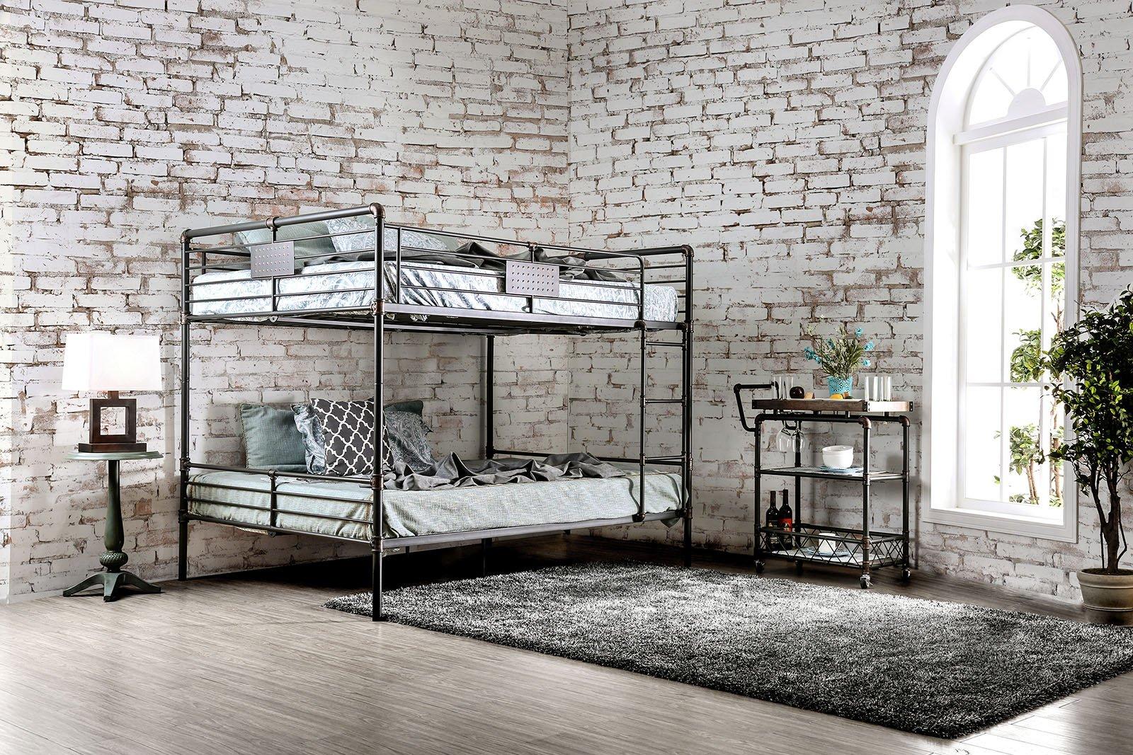 Двухъярусная кровать из металлических труб