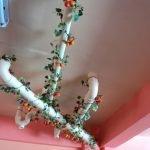 Декор трубы зеленью