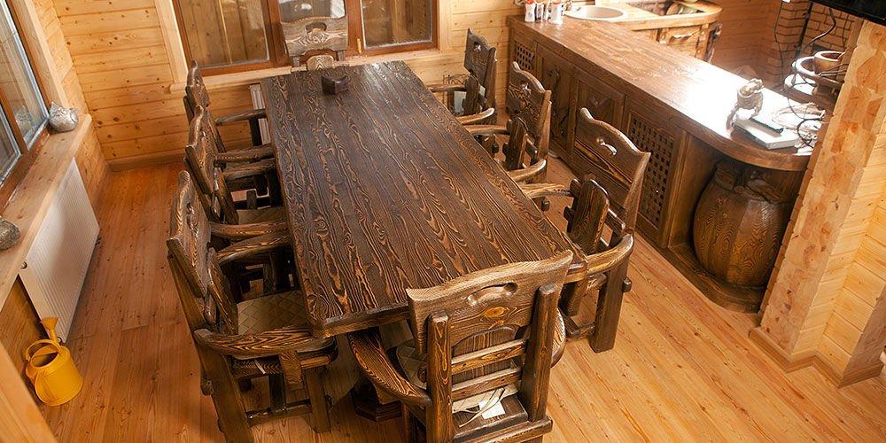 Столовая с деревянной мебелью