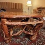 Столик из коряг в гостиной