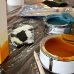 Нанесение желтой краски на поверхность
