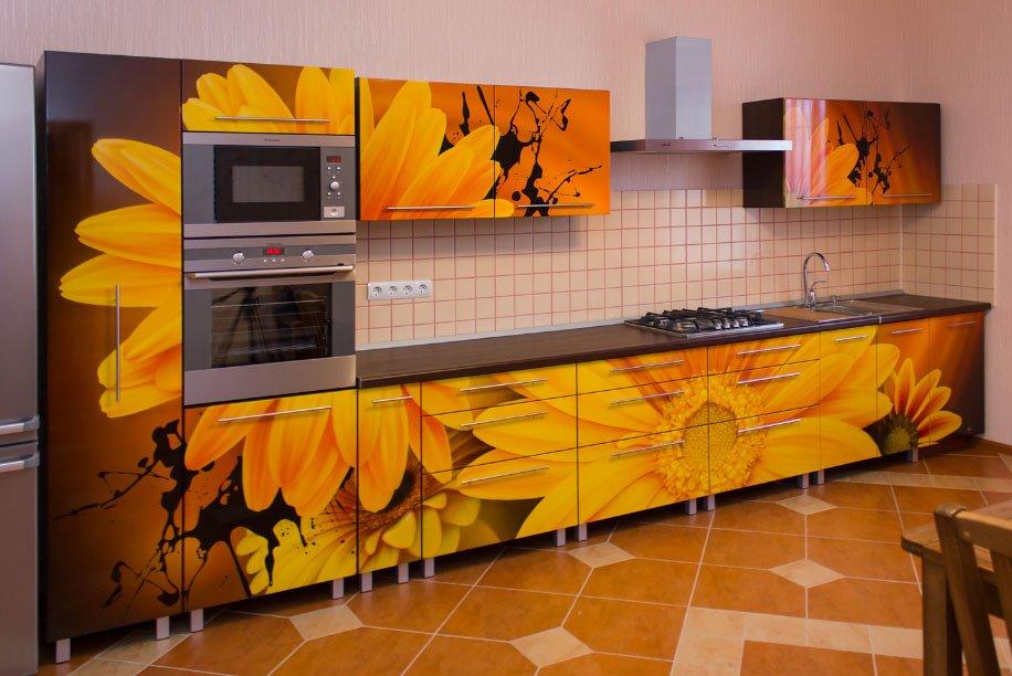 Оклейка самоклеящейся плёнкой кухонного фасада