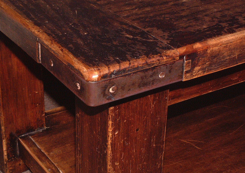 Старый стол с дефектами