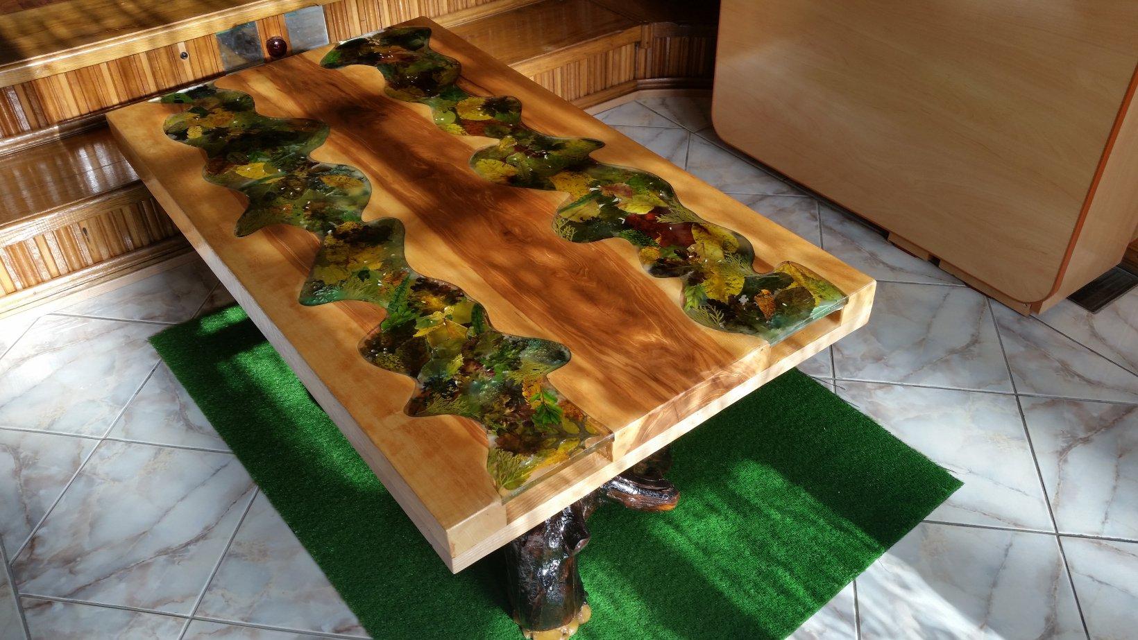 Деревянный стол с наполнением и эпоксидной смолой