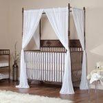 Белый балдахин над детской кроваткой