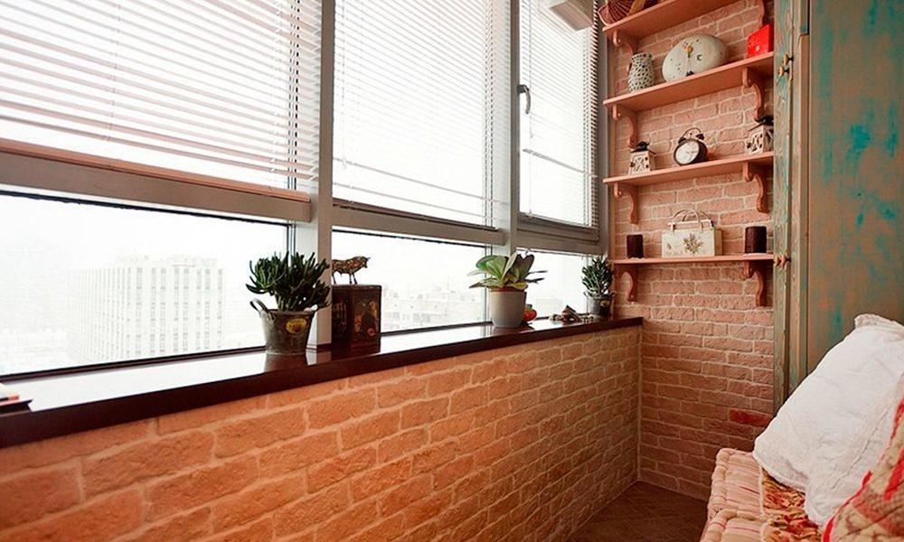 Балкон с отделкой под кирпич
